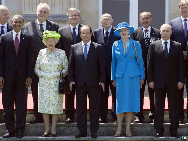 Front row of US President Barack Obama, Queen Elizabeth II, French President Francois Hollande, Queen Margrethe of Denmark and Russian President Vladimir Putin (6 June 2014)