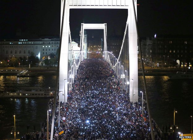 Crowd of protesters on Budapest's Elisabeth Bridge, 28 Oct 14