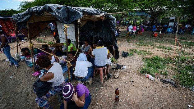 Relatives on inmates outside Uribana prison