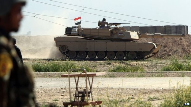 Iraqi army tank on the move during a government offensive to recapture Tikrit (11 March 2015)