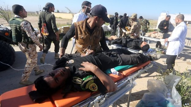 Iraqi army medics treat wounded fighters during the government offensive on Tikrit (11 March 2015)