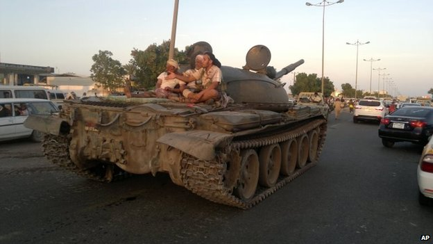 Militiamen loyal to President Abdrabbuh Mansour Hadi travel on top of a tank in Aden, southern Yemen (19 March 2015)