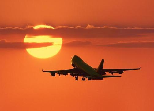 Aereo in decollo al tramonto