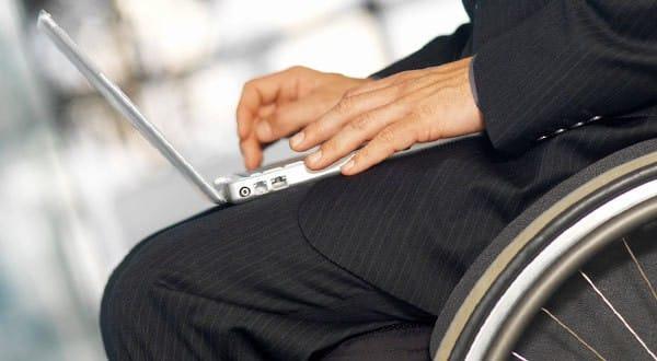 Lavoro disabili sedia a rotelle pc
