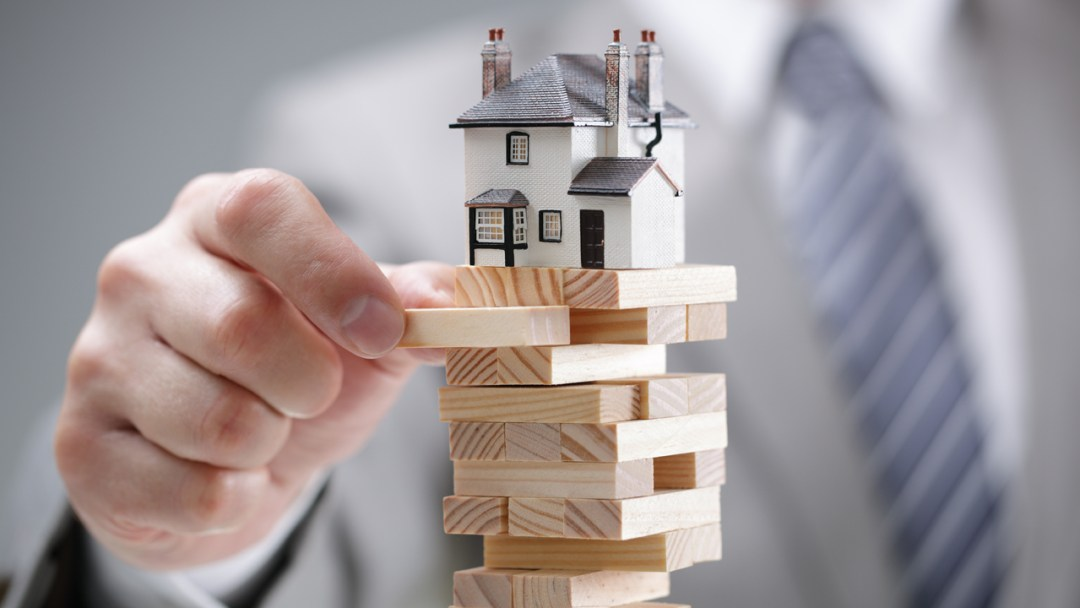 US Real Estate Market Shudders: Experts Predict 40% Lower Sales, March Contracts Dip by 21%