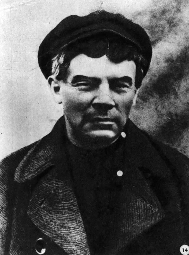 Kerenski hükümetinin Bolşevikleri hedef alması üzerine Lenin kılık değiştirerek Finlandiya'ya kaçmak zorunda kaldı