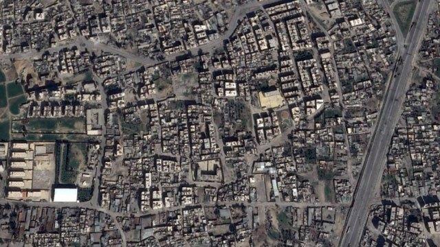 A imagem de satélite mostra parte do bairro residencial de Jobar em 2013