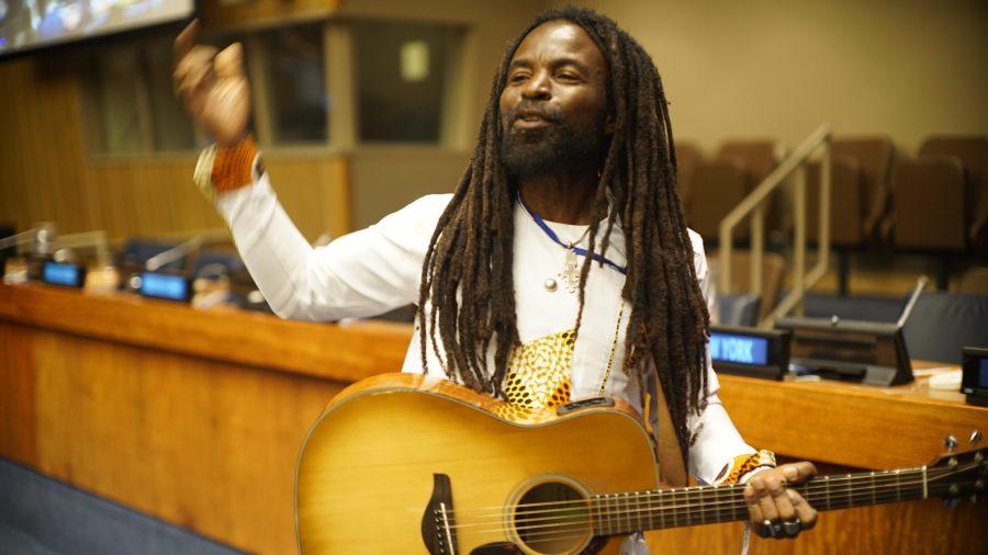 Le musicien et ambassadeur de bonne volonté du PNUE, Rocky Dawuni, a donné un concert lors du forum. Justin K. Davey, GLF