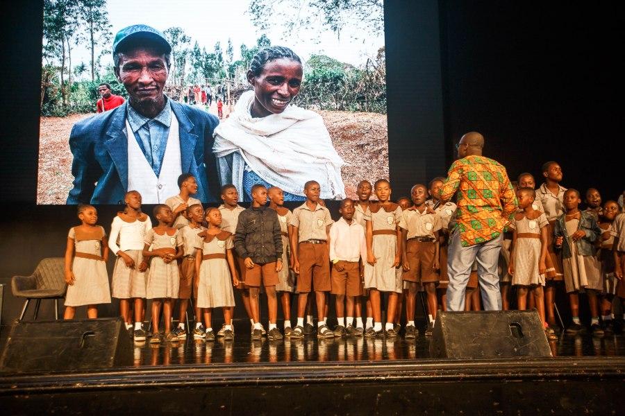 Des écoliers chantent sur scène sur le thème du changement climatique Musah Botchway, GLF
