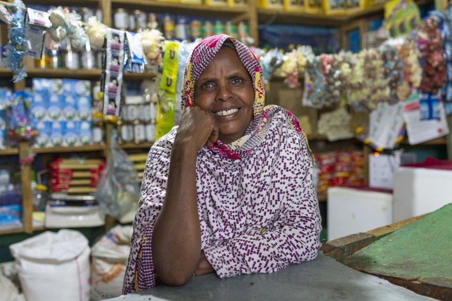 Une propriétaire d'un magasin local en Éthiopie. L'accès au microfinancement lui a permis de transformer son étal de rue en boutique. USAID, Flickr