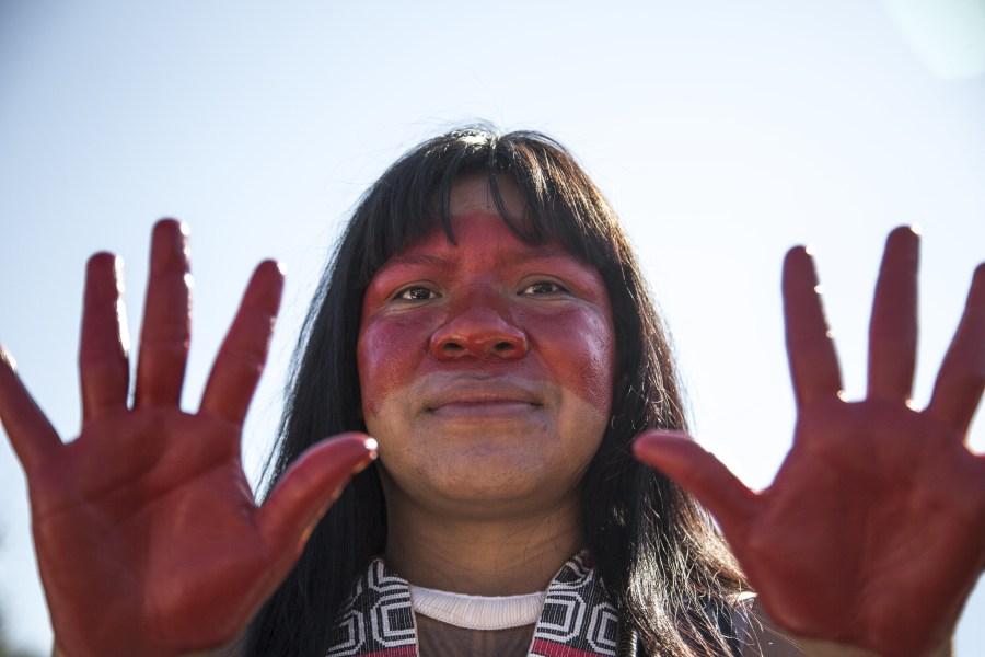 Uma mulher indígena no Brasil demonstra os danos causados a seu povo e suas terras em uma marcha em Brasília em 2019.Apib Comunicação