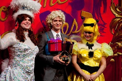 (Cambridge, MA.-- Friday, February 5, 2010)--  Entertainer, Justin Timberlake,  center, was honored and roasted as Man of the Year by the Hasty Pudding Club at Harvard University. Harvard students, Alec Brown, '10 and Tyler Hall, '11, on right gave Timberlake the pudding pot.  Staff Photo Rose Lincoln/Harvard News Office