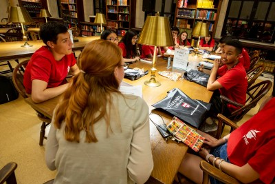 Elizabeth Berndt-Morris with first-years at Widener Library.