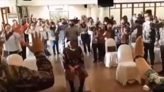 Viral Video Wali Kota Surabaya Risma 'Dibaptis', Begini Faktanya