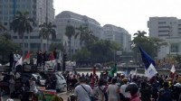 Massa Demo Tolak UU Ciptaker Mulai Padati Patung Kuda: Cabut UU Ciptaker atau Jokowi Turun Jadi Presiden