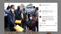 Penampakan Jokowi Bagi-bagi Donat Untuk Anak-anak Korban Banjir Kalsel Bikin Netizen Ngiler