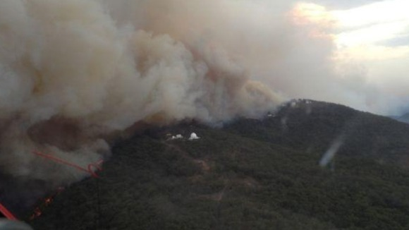 An aerial photograph showing the bush fire in threatening the Siding Spring Observatory.