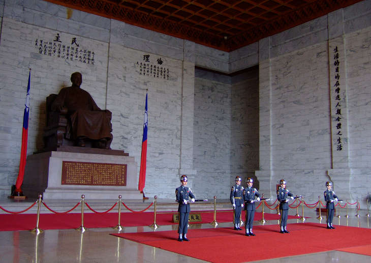 Снесут ли памятник Чан Кайши в его же Мемориальном холле?