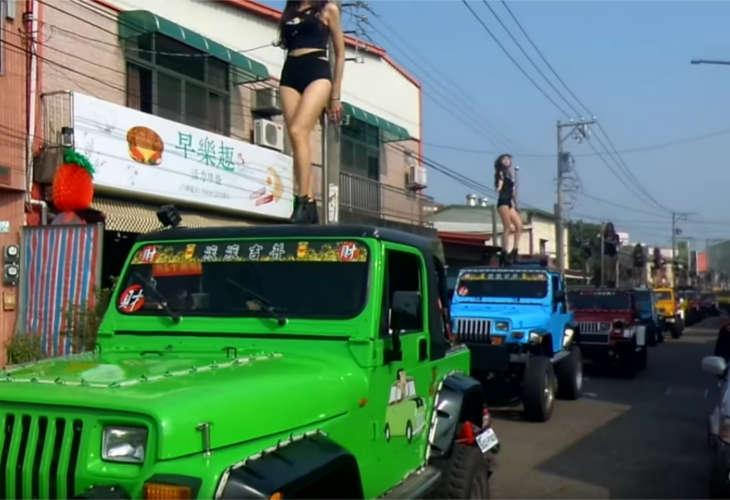 Танцовщицы стриптиза создали пробки на дорогах на похоронах тайваньского политика
