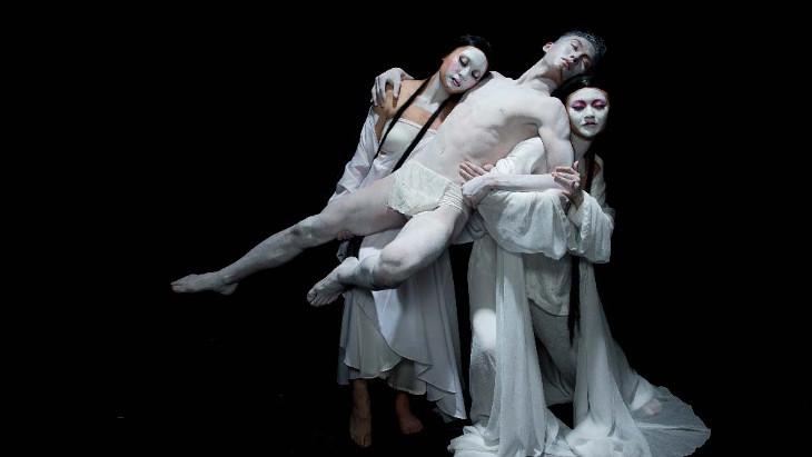 """""""Фауст"""" — это постановка местного театра """"Современная легенда"""" представляет собой смесь Пекинской оперы и классического произведения Вольфганга Гёте."""