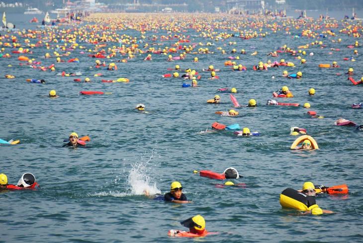 20 тысяч человек совершили массовый заплыв на озере Солнца и Луны