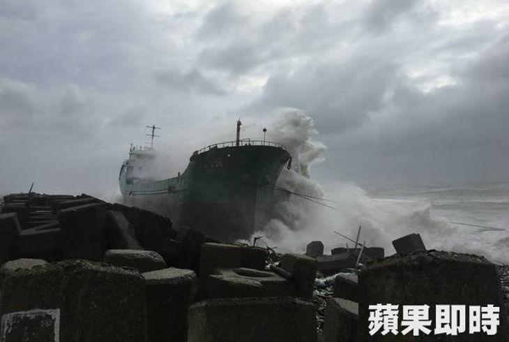 Два иностранных грузовых судна сели на мель у побережья Тайваня
