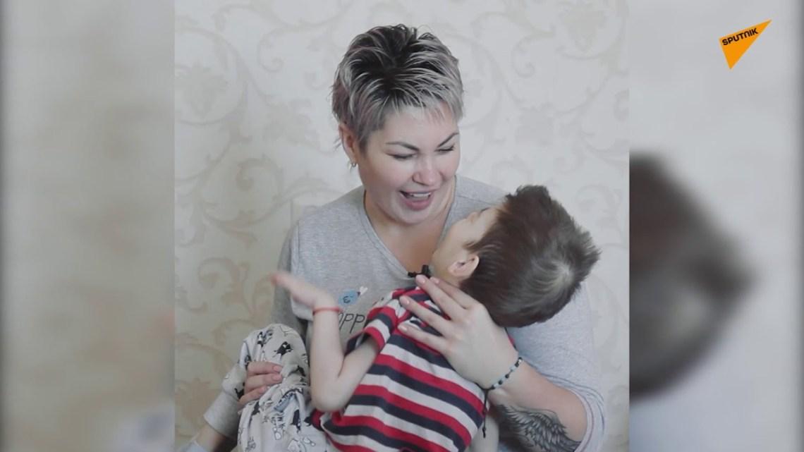 Προσωποποίηση δύναμης: Η μητέρα που μεγαλώνει μόνη τρία παιδιά με εγκεφαλική παράλυση