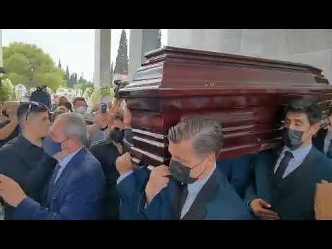 newsbomb.gr: Κηδεία Τόλη Βοσκόπουλου – Πλήθος κόσμου τον συνοδεύει στην τελευταία του κατοικία