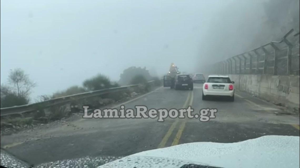 LamiaReport.gr: Πτώση βράχων στο δρόμο για Λιβάδι