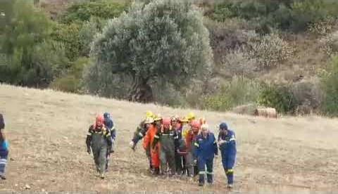 newsbomb.gr: Εύβοια: Πυροσβέστες της ΕΜΑΚ μεταφέρουν την σορό του άτυχου βοσκού
