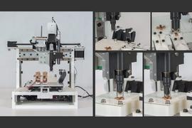 """Will Langford, estudiante de posgrado del MIT, desarrolló una máquina que es como un cruce entre una impresora 3-D y las máquinas de pick-and-place que fabrican circuitos electrónicos, pero que puede producir sistemas robóticos completos directamente a partir de diseños digitales. (El video de la barra lateral """"Relacionados"""" a continuación muestra el ensamblaje de una máquina a partir de cinco piezas estándar)."""