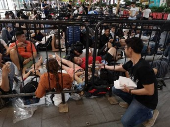 TROLL: Huawei gifts Powerbanks to people queuing to buy new iPhones in Singapore