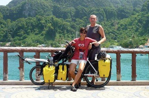 คู่รักสาวไทย-หนุ่มออสเตรเลียปั่นจักรยานฮันนีมูนภูเก็ต