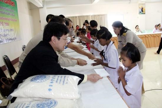 มูลนิธิกุศลธรรมภูเก็ต มอบข้าวสารและทุนการศึกษา