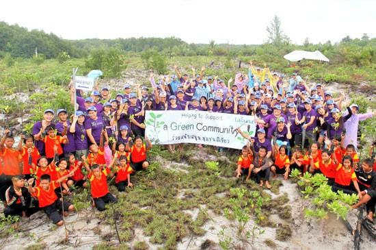 ผู้บริหารและพนักงานในเครือลากูน่า ภูเก็ต ร่วมกับผู้นำชุมชน ชาวชุมชน และนักเรียนโรงเรียนบ้านทับปลา พร้อมเจ้าหน้าที่จากสถานีพัฒนาทรัพยากรป่าชายเลนที่ 19 (ลำแก่น พังงา) รวม 130 คน ร่วมกันปลูกต้นกล้าป่าชายเลนจำนวน 2,000 ต้น ณ บ้านทับปลา จังหวัดพังงา