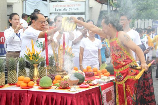 พนักงาน รพ. กรุงเทพภูเก็ต รับขบวนแห่พระจากศาลเจ้าหลิมฮู้ไท้ซู่สามกอง