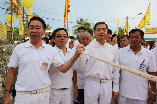 เทศบาลตำบลฉลองสืบสาน สนันสนุนศาลเจ้ากวนอู (นาบอน) ยกเสาโกเต้ง สัญลักษณ์เริ่มต้นถือศีลกินผักภูเก็ต