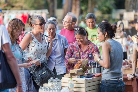 นักท่องเที่ยวจะได้รับประสบการณ์ต่อรองเลือกซื้อสินค้าจากพ่อค้าแม่ค้าชาวชุมชน ในบรรยากาศร่มรื่นและปลอดภัยในรีสอร์ท