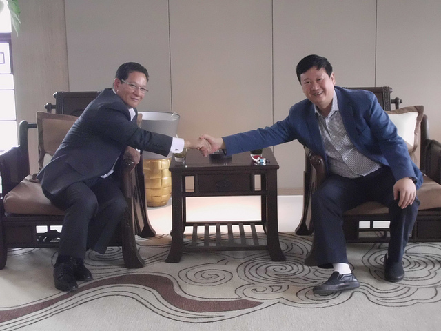 SCC President and Hou Baolin, a partner in David Lee & Partners, shake hands in Xian, China.