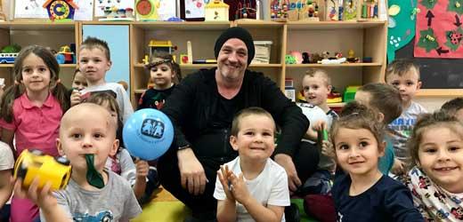 Torsten Sträter im SOS-Kindergarten in Bosnien-Herzegowina