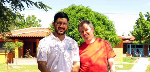 Oliver Misselke (r.) mit einem Mitarbeiter im SOS-Kinderdorf Choluteca in Honduras