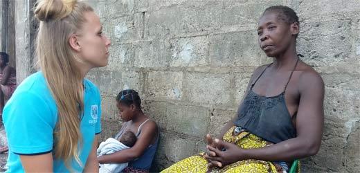 Norah Brinkerhof, SOS-Traumapsychologin, spricht mit einer Mutter.