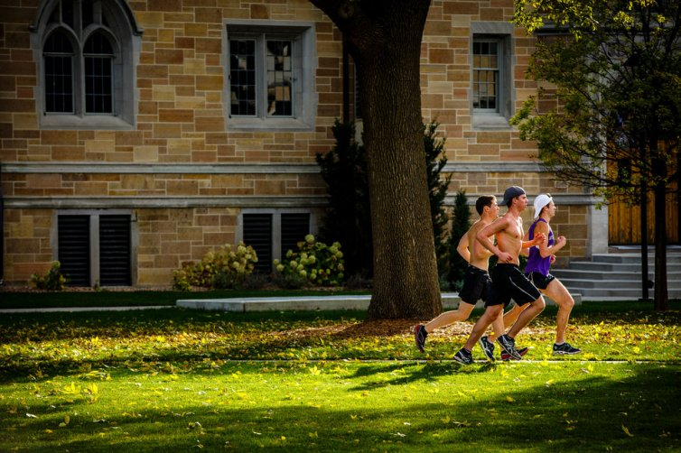 Student runners cross the lower quad. (Photo by Mark Brown)