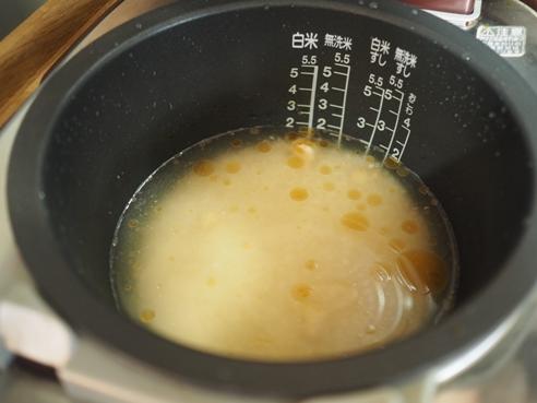米を水に入れて調味料入れて、炊飯器に30分つけておく