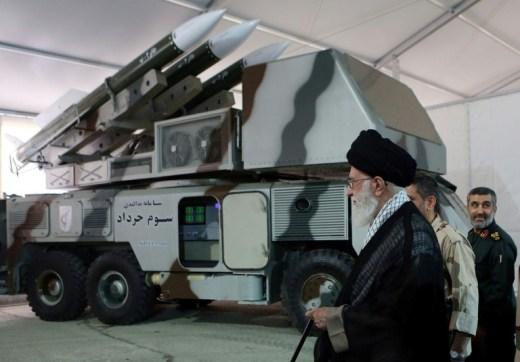 Le guide suprême iranien, l'ayatollah Ali Khamenei, visite une base des Gardiens de la Révolution, photo diffusée le 21 juin 2019