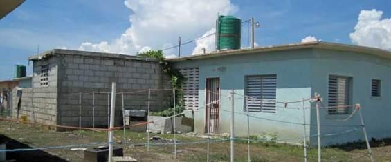 Une des maisons du projet de l'ex président Vénézuélien Hugo Chavez, en train d'être élargié sans aucun contrôle, le 19 septembre 2013 - Photo : AKJ/Marc Schindler Saint-Val