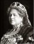 Archduchess Isabella wearing her peridot necklace