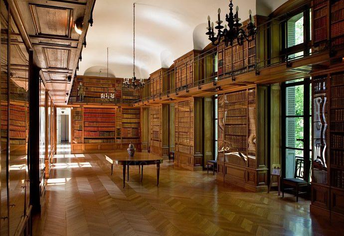 مكتبة القلعة التي تضم آلاف الكتب النادرة