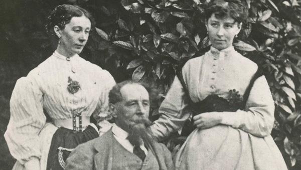 صورة لتشارلز ديكنز مع ابنتيه ماري وكيت