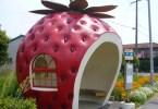 شكل الفراولة من أشكال محطات الحافلات في مدينة كوناجاي في اليابان